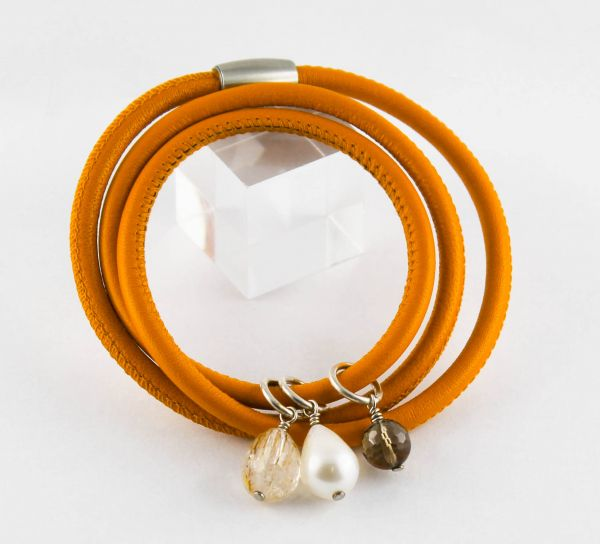 Lederarmband in orange mit Perlen